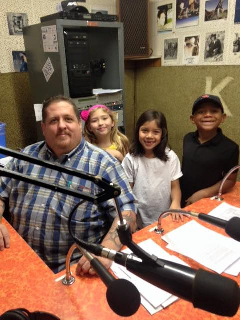 Eastridge Elementary students at KXOX cutting commercial for SISD!