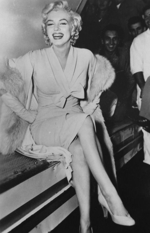 Marilyn Monroe arriving in New York to film The Seven Year Itch, 1954.Marilyn Monroe. Blonde in the Pic.