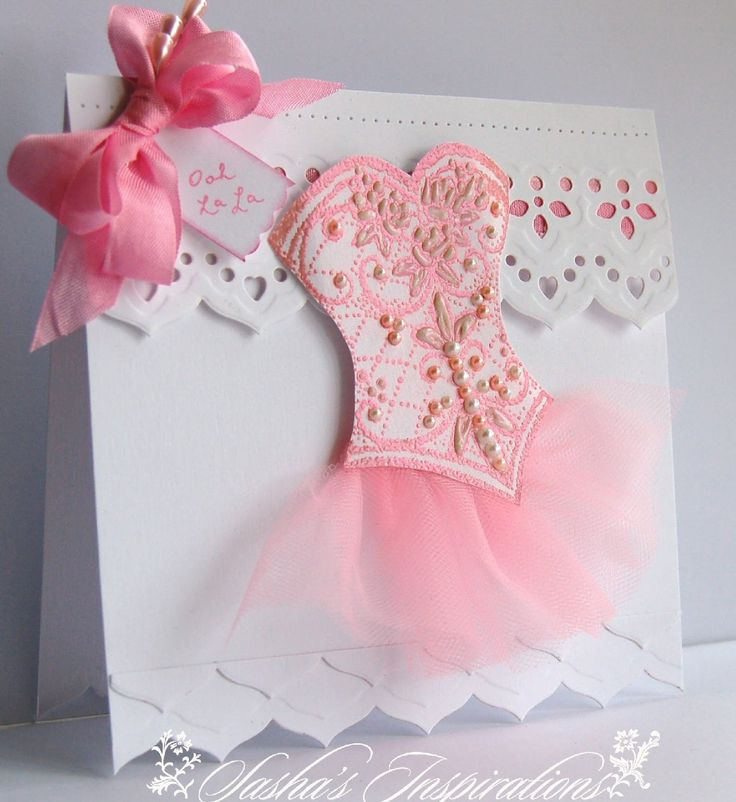 Cartão de papel com roupa de bailarina.