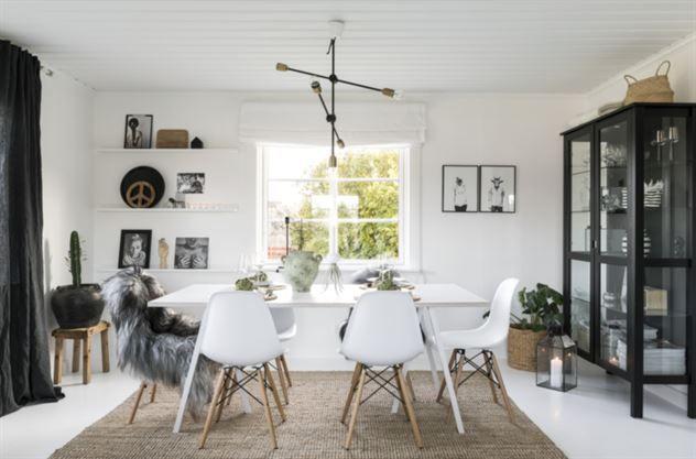 """<span>DUKAT BORD<br>""""På helgerna äter vi vid matslasbordet i vardagsrummet säger Therese. Matta från Ikea, matbord från Hay, stolar från reforma sthlm. Taklampa från House doctor. Vitrinskåp från ikea.<br></span>"""