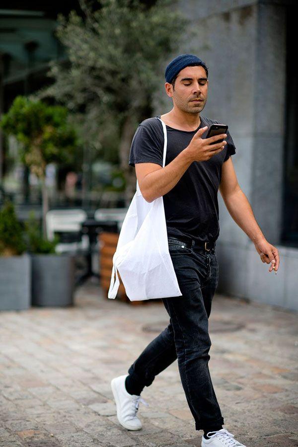 2017-09-22のファッションスナップ。着用アイテム・キーワードはスニーカー, デニム, ニットキャップ, 無地Tシャツ, 黒パンツ, 黒Tシャツ, Tシャツ,etc. 理想の着こなし・コーディネートがきっとここに。  No:228028