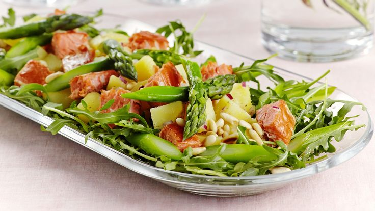 Ruokaisa savulohi-perunasalaatti sopii niin pääruoaksi kuin juhlien noutopöytään.