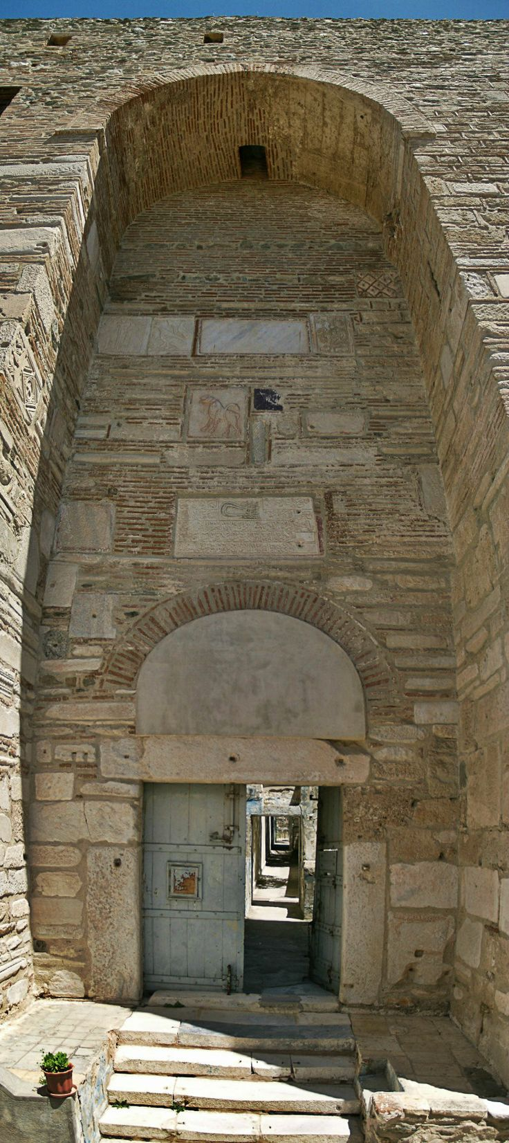 The impressive entrance of Eptapyrgio Fortress or Yenti Koule as it was called by the Ottomans. (Walking Thessaloniki, Route 08 - Seven Towers)