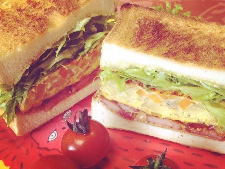 明日起きたら#ペリカンのパン があったらいいなあって思ったらテーブルの上にあった 夏のサンタクロース来たり まあマッマに頼んどいたからなんだけど. . 昨日のうちに作った野菜たっぷりオムレツと菜っ葉とベーコン焼いてピーナッツバターをたっぷり塗った美味しかった. . #ペリカン #サンドイッチ #sandwich #ピーナッツバター #peanutbutter  #peanutbutterlover #ピグモン #ASOKO by swan_no_insta