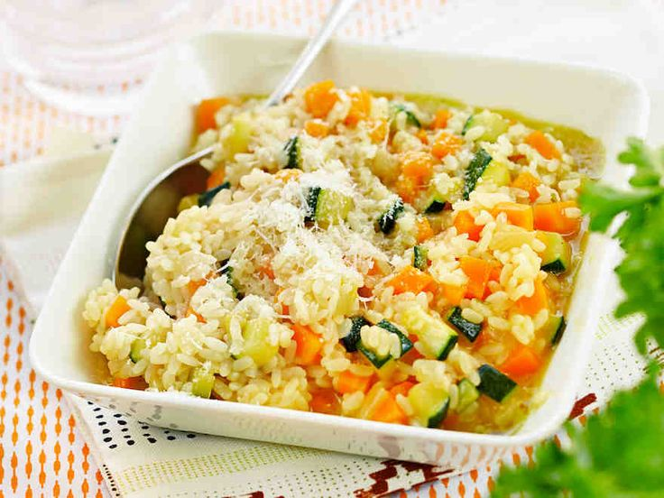 Kasvisrisotto maistuu sellaisenaan tai lihan, kanan tai kalan lisäkkeenä. Mausta parmesaanilla, suolalla ja pippurilla.