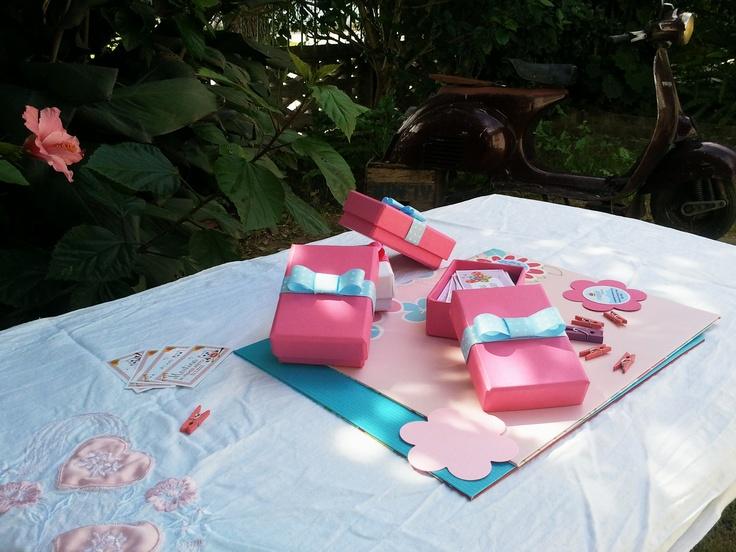 Un lindo regalo para niñas. Tarjetas personales, en cajita de cartón forrada. Foto de CUMPLE PACKS