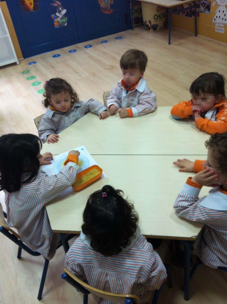 28 de Abril Aprendizaje cooperativo no es lo mismo que trabajo en grupo. En el aprendizaje cooperativo cada uno desempeña un rol y todos queremos llegar a un mismo fin  En este vídeo, cada un…