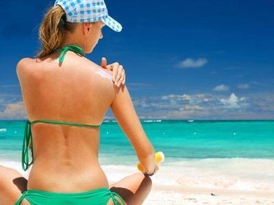 Sonnencreme wird im Sommer gleich mehrmals täglich auf die Haut aufgetragen. Unsere Haut ist jedoch keine undurchlässige Plastikfolie. Sie hat Poren und nimmt die Inhaltsstoffe der Sonnencreme auf. Herkömmliche Sonnencremes enthalten aber viele gesundheitsschädliche Chemikalien, die über die Haut in den Organismus gelangen und dort unsere Entgiftungsorgane (Leber, Nieren, Darm) belasten. Auf diese Stoffe sollte