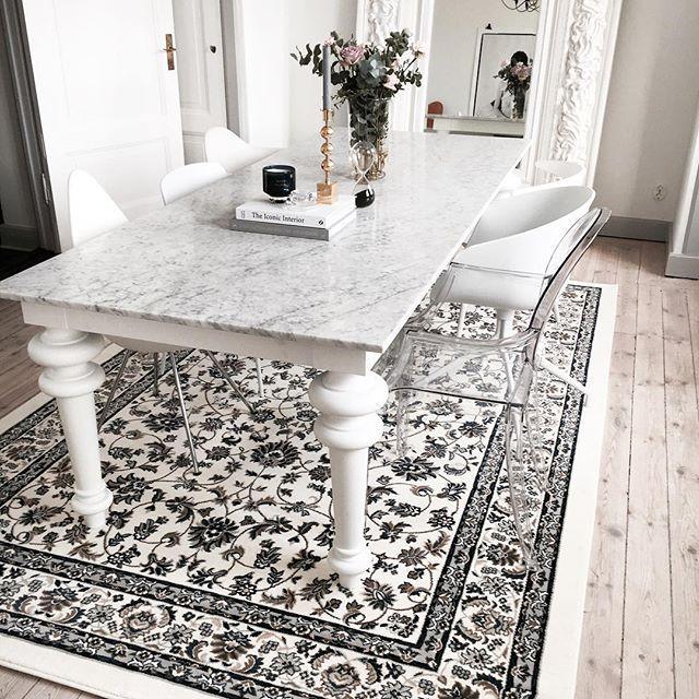 Jag fick hjälp & lyfta på bordetDen perfekta mattan för vår matsal & snacka bonus när den även har bästa priset @ikeasverige leverera så jädrans braDenna är 200x300 & kostar 1295;- hur bra? #ikea #matta #orientalisk #gervasoni #marble #marmorbord #svensktenn #tomdixon