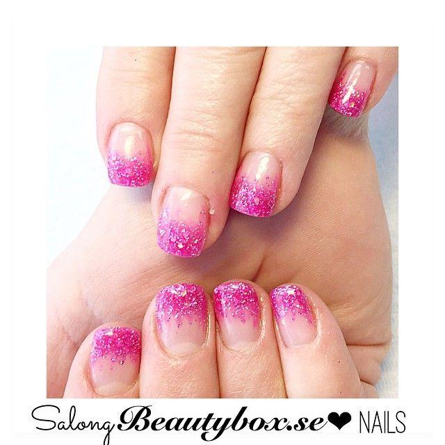 Fallande mix av rosa pigment och glitter på naturliga naglar  Hoppas att alla har haft en mysig dag, min spenderades på salongen  Spraytan Friday imorgon och salongspass på lördag, tider finns att boka på vår boka direkt sida  #teamsalongbeautybox #salongbeautybox #beautyboxbloggen #beautybox #nails #nagelförlängning #nagelförstärkning #nailextension #pinknails #glitternails #pinkglitter #nailselection #everythingpink #spraytan #spraytanfriday #vegan #veganspraytan #studenten #studenten2015…