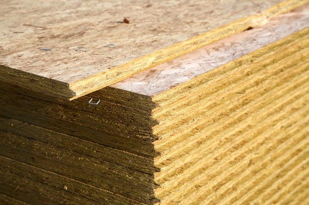 Cómo pintar muebles de madera prensada con pintura desconchada
