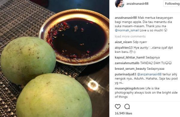 """Muatnaik gambar mangga Anzalna Nasir hamil?   Tindakan pelakon Anzalna Nasir memuat naik gambar buah mangga di laman sosial instagram mengundang reaksi peminat yang menyangka dia sedang hamil. Walau bagaimanapun Anzalna 29 menafikan perkara tersebut sebaliknya hanya ingin berkongsi dengan peminat mengenai buah kegemarannya itu. """"Sebenarnya saya suka makan buah mangga jadi niat saya memuat naik gambar tersebut di instagram bukan bermaksud nak beritahu saya sedang mengidam hamil. """"Sebelum…"""