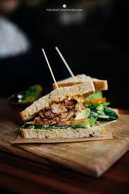 """Frühstück wie im new yorker """"Katz""""....pastrami-Sandwiches, Caesars salad mit krevetten und Shakshuka.... Auguststrasse 11 -13, Berlin Mitte"""