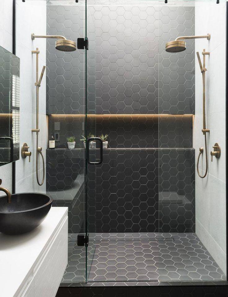 carrelage pour salle de douche en couleur noire et porte coulissante en verre