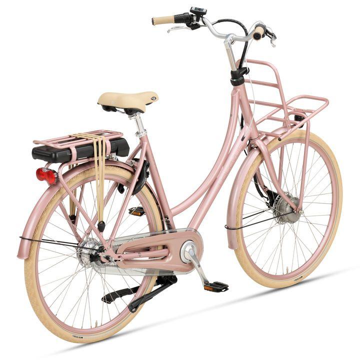 monica fietste naar huis en ze kwam een groepje tegen en ze probeerde monica aanteranden
