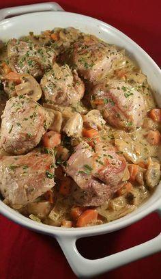 Zelf verzonnen recept van malse varkenshaas met een heerlijkeromigewitte wijn saus met champignons en wortel. De varkenshazen op kamertemperatuur laten k