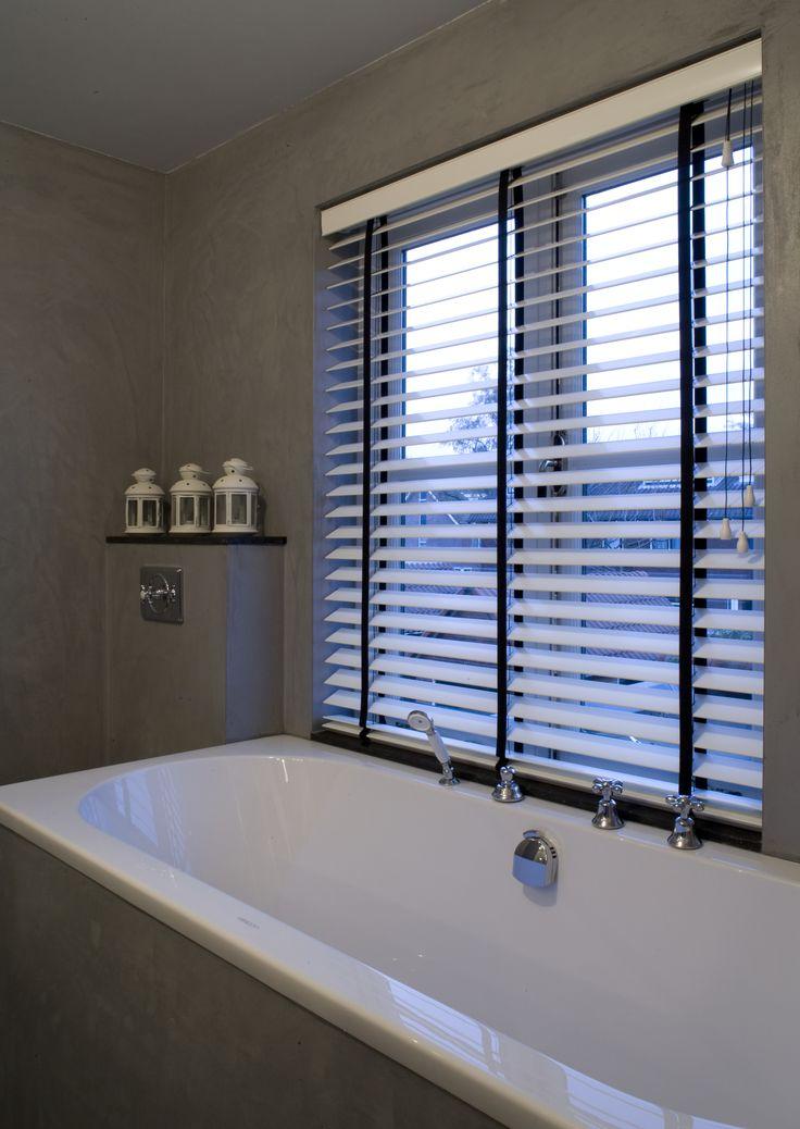 17 beste idee n over houten jaloezie n op pinterest bamboe zonneblinden bamboe tinten en - Hout voor de badkamer ...