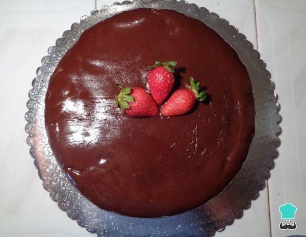 Aprende a preparar pastel de chocolate con fresas y crema batida con esta rica y fácil receta. Uno de los postres preferidos por todos es el exquisito pastel de...