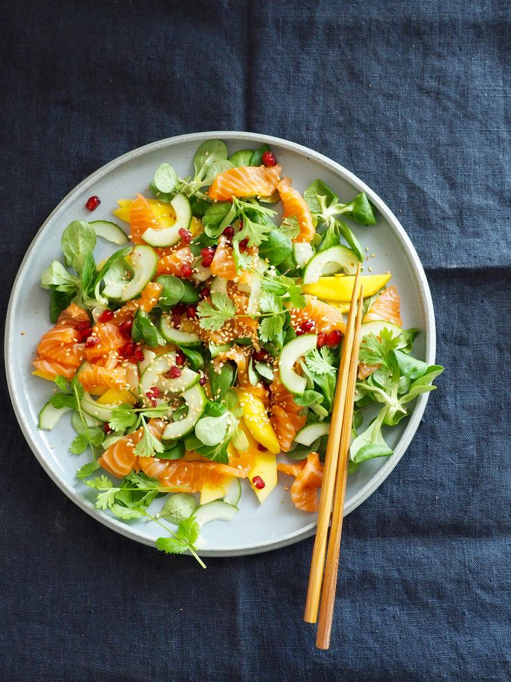 Kan man egentlig skrive en 'oppskrift' for en salat? Jeg tenker det kommer litt an på salaten. Denne salaten trenger ingen oppskrift. Mengder er litt tilfeldig. Ingredienser er litt tilfeldig. Og det synes jeg er fint. Det spiller ingen rolle om du ikke har granateple. Det spiller heller ingen rolle om du ikke har koriander [...]Read More...