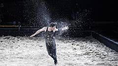 """""""Fallen"""" - Tanztheater von Sebastian Nübling und Ives Thuwis - Open Air-Theater vor dem Gorki Theater Berlin:"""