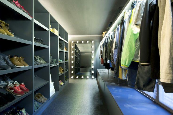 Zwarte dressing met open schoenenkast. Bekijk dit project op: http://www.interieurdesigner.be/blog/detail/imposante-loft-met-binnentuin-spanje