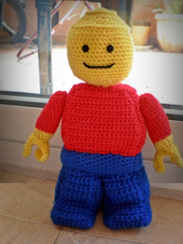 LEGO figure made using a free pattern which you can find here: http://coloradohomefront.blogspot.com.es/2011/12/pattern-for-amigurumi-crochet-lego.html