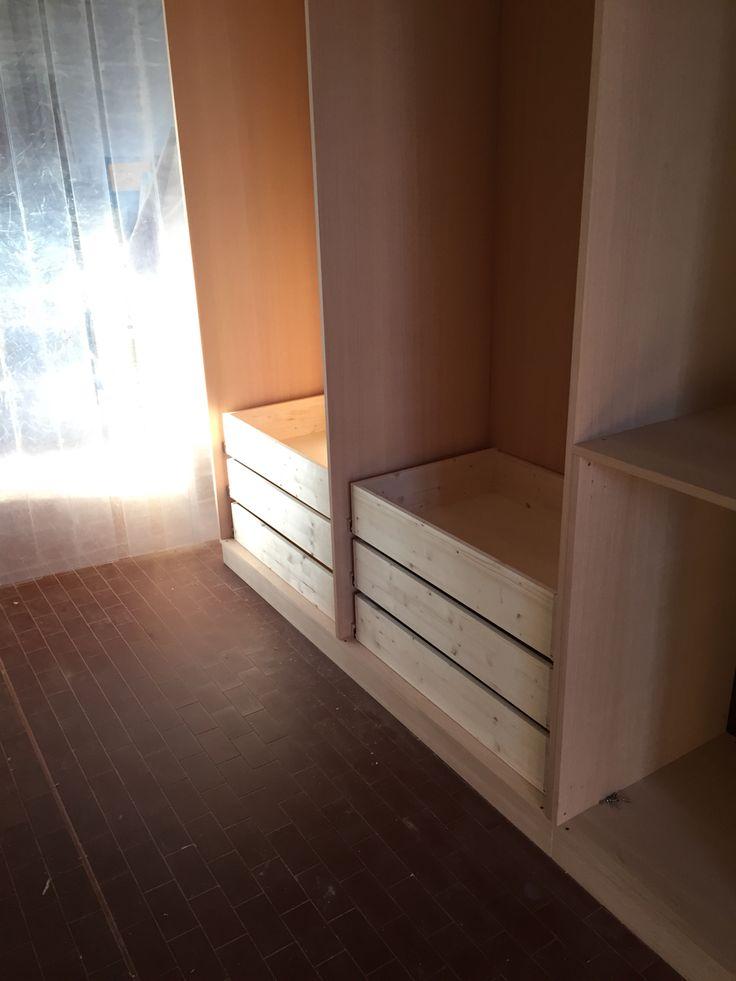 Realizzazione cassetti e montaggio ante, nell'armadio in costruzione.