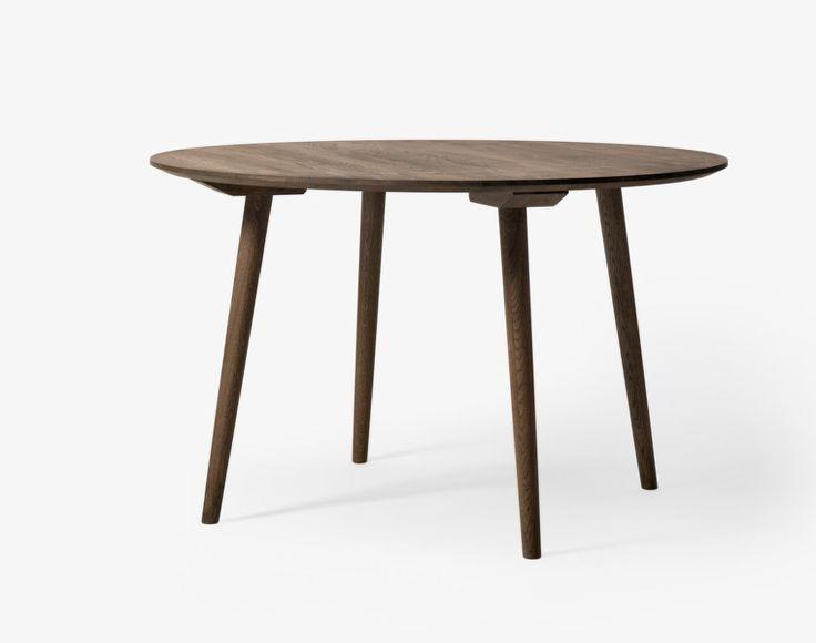 Kulatý stůl In Between SK4 ø120 od &tradition, kouřově olejovaný dub   DesignVille