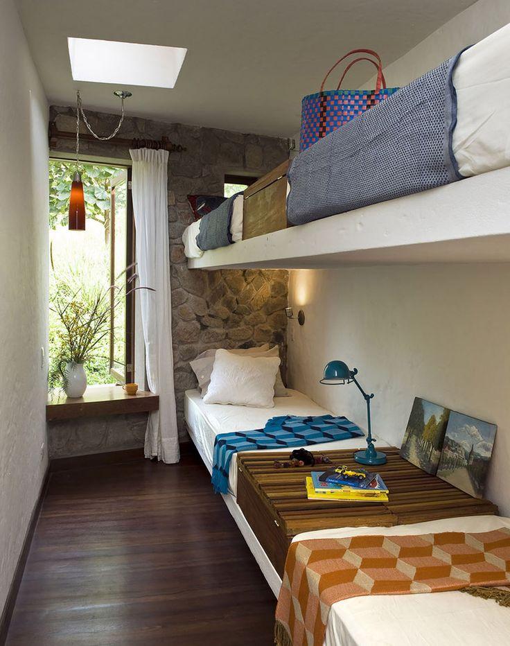 Petite chambre aménagée dans les combles aux quatre lits superposés