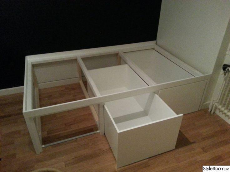 Sängförvaring för 120cm-säng. Rymmer ca 800 liter saker i tre stora lådor. Optimerad för att rymma maximalt med saker. I lådorna passar 1-3 st IKEA:s trådhylla Algot ovanpå lådkanterna.    Har bara en minilya på 19kvm (rummet är ca 3,6x3,2m) så det gäller att optimera allt utrymme. En förvaring u...