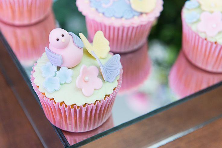 Cupcakes decorados com passarinhos de cenoura recheados com brigadeiro