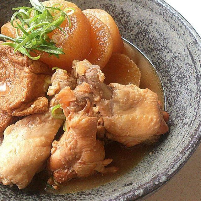 さくちんさーん、作りましたよ~~(*´∇`*)  関西圏では煮物は醤油プラス出汁で、味噌を使うことはまれです。 鯖の味噌煮込みなんかも今は普通に作りますが、母なんかはひたすら醤油煮でした(笑)  大根の煮物にも味噌を使うことはなかったんですが、さくちんさんの大根と鶏の味噌煮込みがとっても美味しそうで、大根増量でいつもの水無しにしましたが、初の味噌プラスで!(^^)d  いつもの食べなれた味とはちょっと違って、お味噌のコクが活きてますね~(^ω^) とっても美味しかったです!  これからは醤油→味噌→醤油→味噌で作ってやろ~~(^з^)-☆ さくちんさん、美味しい発見がありました!素敵なレシピあ - 235件のもぐもぐ - さくちんさんの手羽元と大根の味噌煮圧力鍋使用 by sakurako