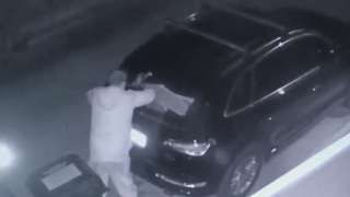 """Image copyright                  Instagram                  Image caption                                      CCTV on Instagram showing the alleged thief outside Mel B's home in Beverly Hills                                Former Spice Girl Mel B has offered a $5,000 (£4,000) reward to catch the """"scumbag"""" thief who broke into her car outside her"""