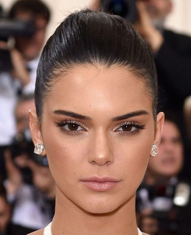 Da série make mara simples e sempre certeiro, com Kendall Jenner - delineador discreto, sombra marrom & brilho nos olhos + pele iluminada e boca nude no #metgala