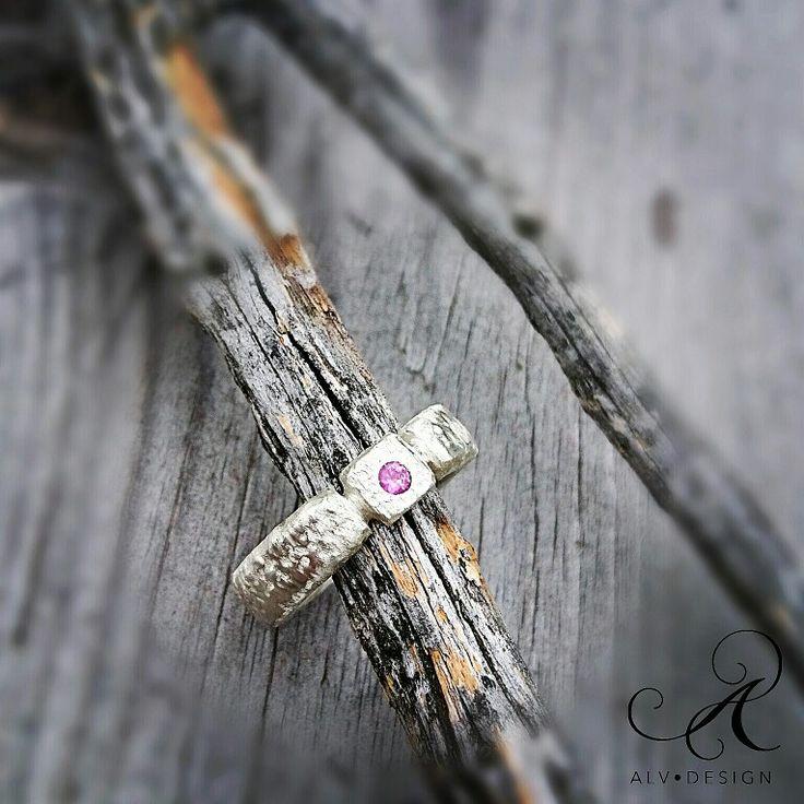 Vacker handarbetad silverring med rosa safir 0,12 ct. Design och arbete av konstnär och silverdesigner Anneli Lindström, Alv Design.  Välkommen att se mer av Alv Designs handgjorda silverringar i webbutiken www.alvdesign.se