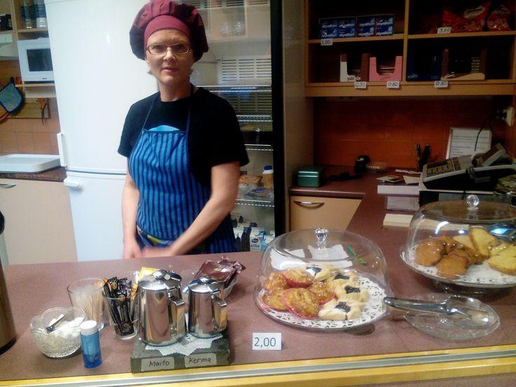 Tässäpä Kirsi iloisena palvelemassa asiakkaita!