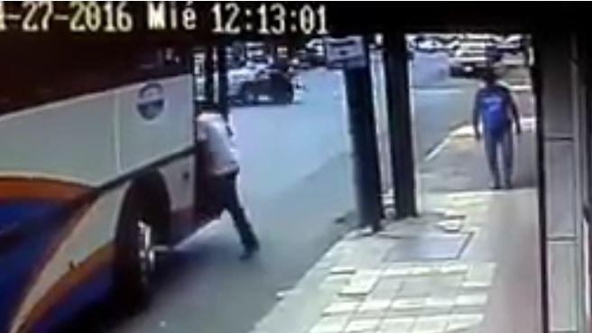 Video: Motociclista sufre aparatoso accidente y sale ileso