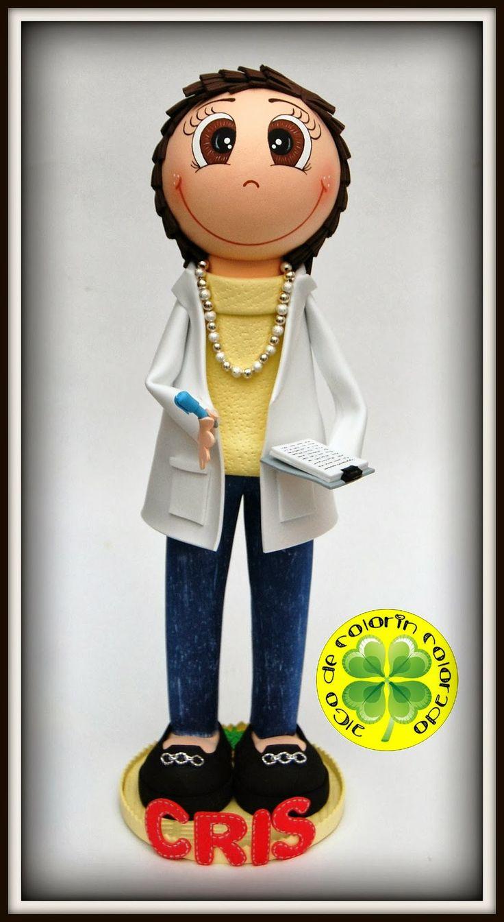 Es una secretaria que trabaja en el Hospital Arquitecto Marcide de Ferrol. Va vestida con unos vaqueros, jersey de cuello vuelto y una bata blanca. Esperamos que os guste.