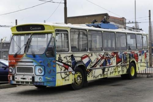 De in 1990 door Herman Brood beschilderde Arnhemse trolleybus wordt nu uit elkaar gehaald. De platen gaan wachten op betere tijden.