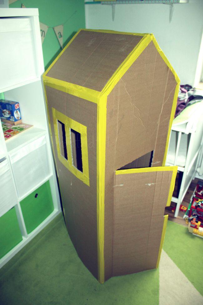 Wenn hier große Kartons ankommen ist nicht mehr nur der Inhalt eine Freude, sondern das Beste daran der Pappkarton. Wir haben schon zahlreiche Autos, Züge, Fussballtore und mehr daraus gebastelt. Im Keller stand noch dieser große Karton von unserem Weihnachtsbaum! Jetzt kam er endlich zum Einsatz! Wir haben uns einfach dickes buntes Klebeband in gelb …