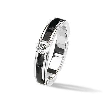 最先端技術が生み出した艶やかなセラミックがモード感を演出 *エンゲージリング 婚約指輪・シャネル*