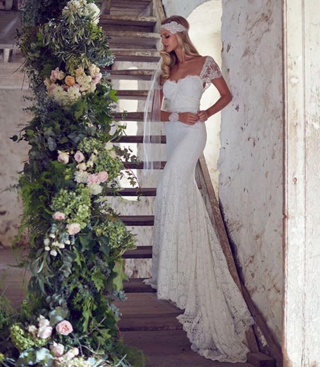 Sexy bruidsjurk van prachtig kant met mooie half open rug
