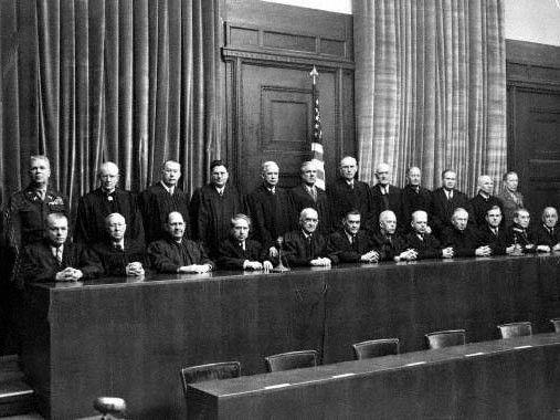 Viele NS-Juristen konnten ihre beruflichen Karrieren im Nachkriegsdeutschland problemlos fortführen. Um die Fakten genau zu untersuchen, hat Justizministerin Sabine Leutheusser-Schnarrenberger eine wissenschaftliche Kommission ins Leben gerufen.