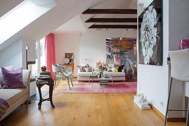 Per Jansson zeigt lebhafte, stilvolle und praktische skandinavische Wohndesign.  Die große helle Lounge, das zur stilvollen Küche öffnet.    Das große Schlafzimmer erlaubt die Einwohner auf die Terrassen zuzugreifen.  Das leuchtende farbige Innere wird den ganzen Tag aus natürlichem Licht beleuchtet.   Die Sofas im Wohnzimmer sind gemütlich, die goldenen behaglichen dekorativen Spiegel sind klassisch, und die königlichen Wandteppiche fügen Eleganz zur Inneneinrichtung hinzu.   Farbige…