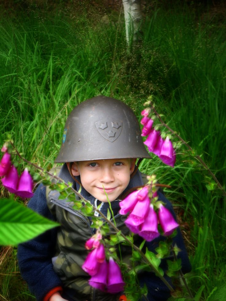 Laurits hiding in the digitalis.