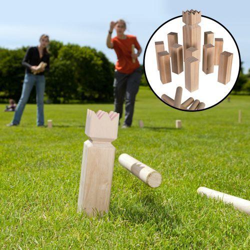 Kubb Wikingerschach ist das beliebte Outdoor-Geschicklichkeitsspiel, bei dem zwei Mannschaften die gegnerischen Holzklötze abwerfen müssen. Hol Dir das Wikingerspiel Set und spiele es mit Deinen Freunden im Park, Garten oder am Strand!