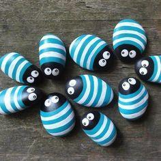 Steine in blau-weiße Käfer verwandeln