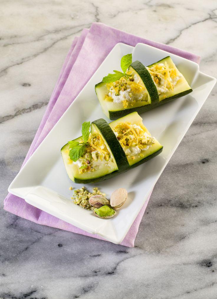 Koszyczki z cukinii i ricotty. Składniki: 2 młode cukinie, 300 g sera ricotta, garść orzeszków pistacjowych, 3 łyżki sosu chrzanowego Tarsmak, skórka  z 1 cytryny, oliwa z oliwek. Wykonanie: Z cukinii wyciąć małe koszyczki, a na ich dno nałożyć sos chrzanowy Tarsmak, i ricottę. Serek posypać posiekanymi pistacjami, i sparzoną, posiekaną skórką z cytryny. Całość pokroić oliwą z oliwek.