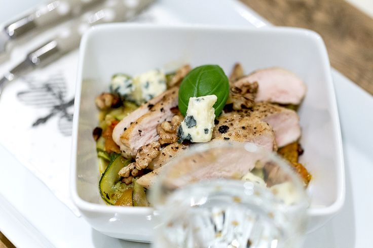 Low carb zucchini pasta with chicken and blue cheese /lavkarbo squashpasta med kylling og blåmuggost