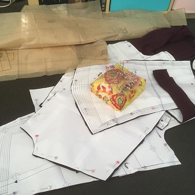 Give me a printable PDF over that tissue crap any day!! Up this weekend: a #robertkaufman flannel dressing gown (found the flannel on super sale at the textile traders that closed!) and a #grainlinestudio #driftlesscardigan in a beautiful burgundy cotton-silk knit (also on sale!)robertkaufman,driftlesscardigan,grainlinestudiojoworimakes